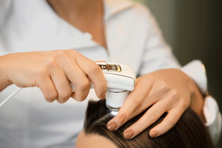 К какому врачу обратиться при выпадении волос